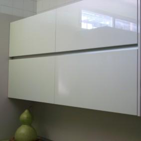 Подвесной шкафчик с дверками без ручек
