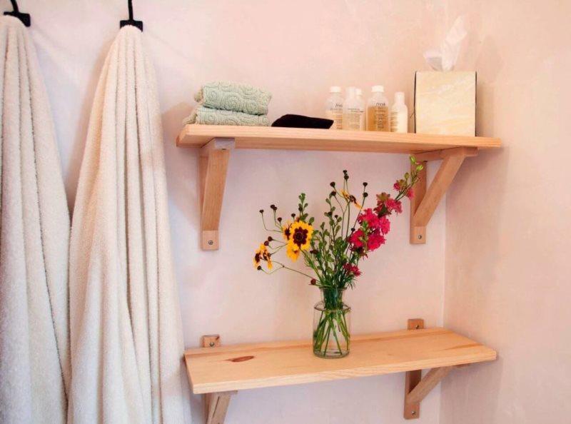 Простые деревянные полочки на розовой стене