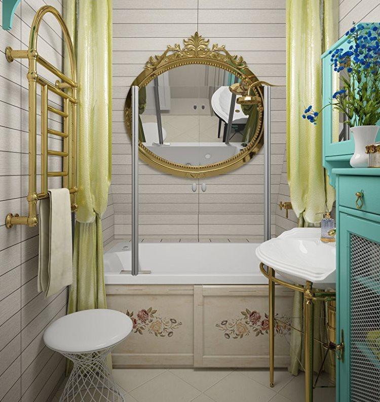 Зеркало в позолоченной раме над белой ванной