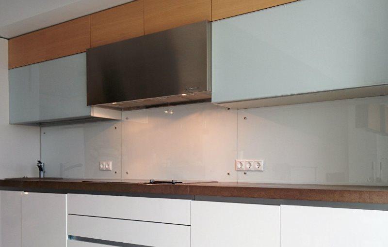 Стеклянная панель фартука кухни в стиле минимализма