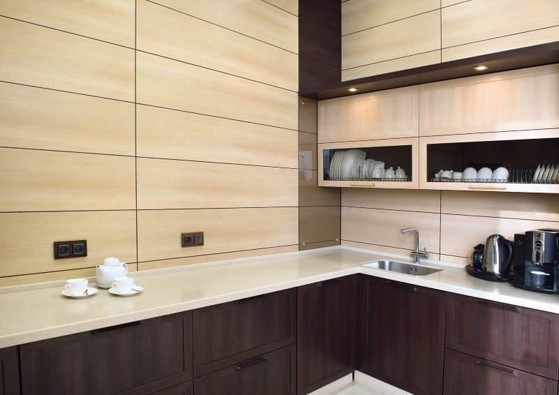 Угловая кухня с отделкой стен декоративными панелями