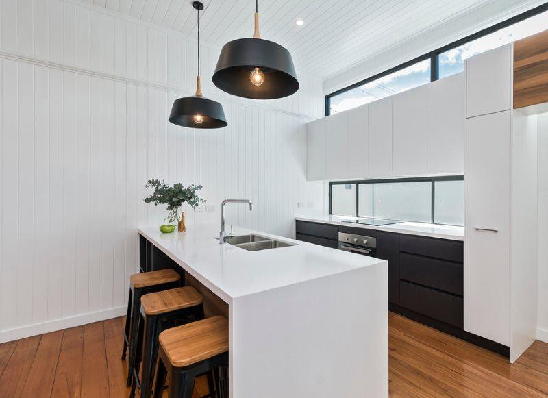 Белые ПВХ-панели в интерьере кухни частного дома