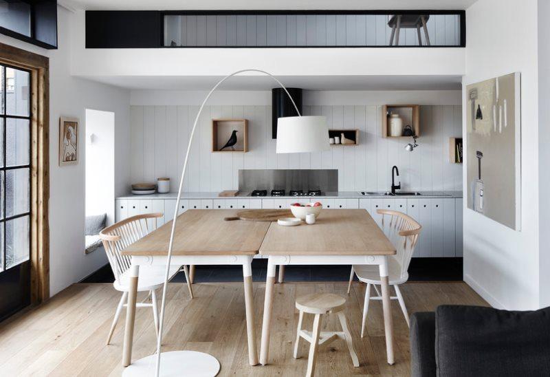 Белые панели из ПВХ на кухонном фартуке