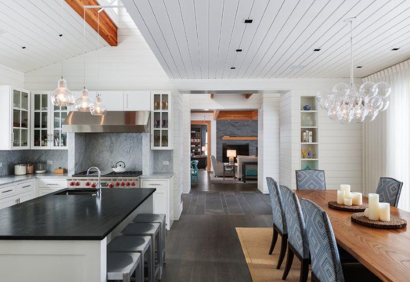Облицовка кухонного потолка ПВХ-панелями белого цвета