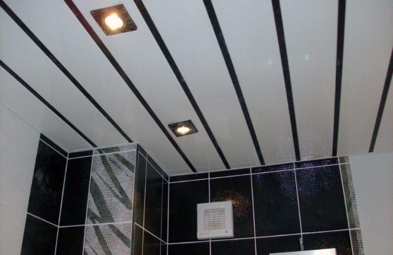 Реечные панели на потолке санузла в городской квартире