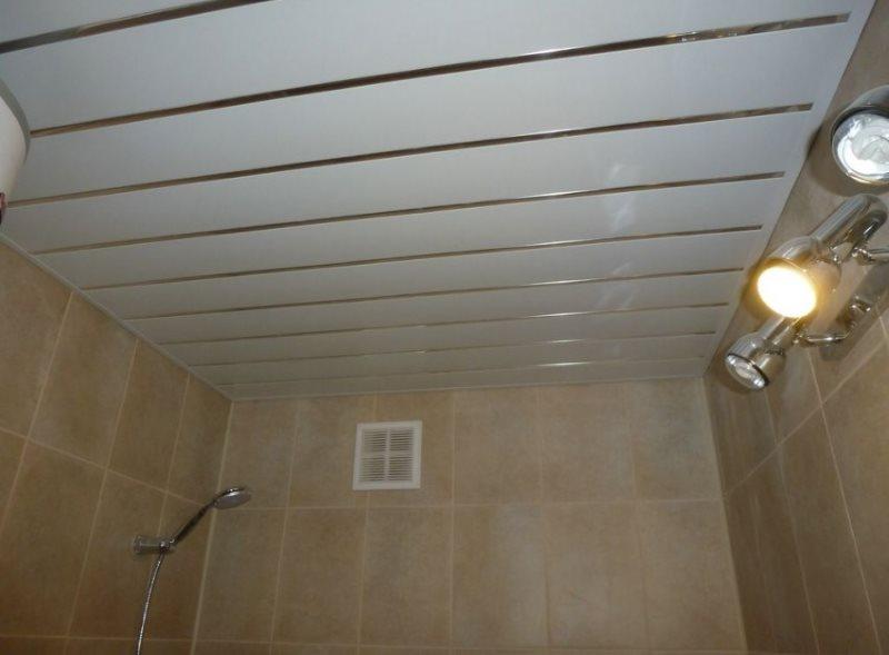 Потолок в ванной комнате из пластиковой вагонки