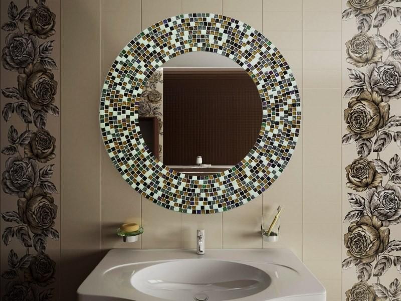 Обрамление мозаикой зеркала в ванной комнате