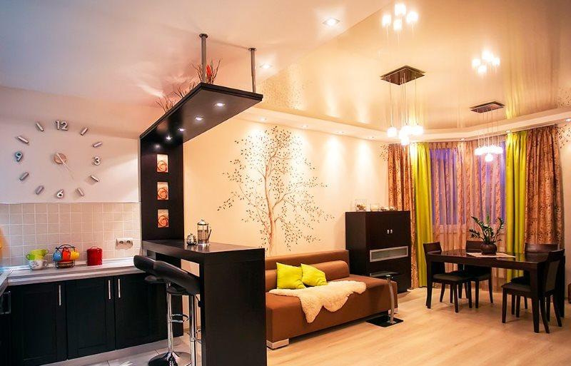 Черная барная стойка в кухне-гостиной городской квартиры