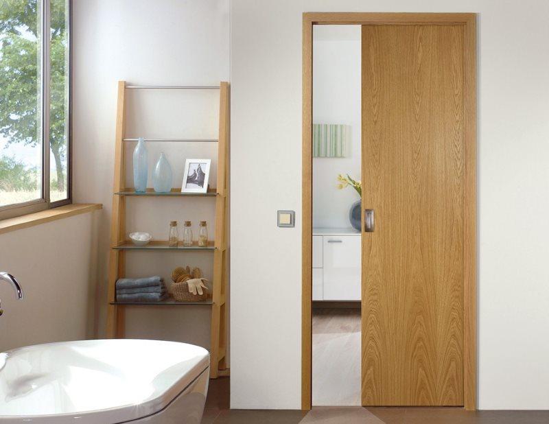 Купейная раздвижная дверь в ванной загородного дома