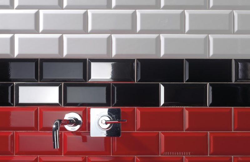 Цветная плитка кабанчик на стене совмещенного санузла