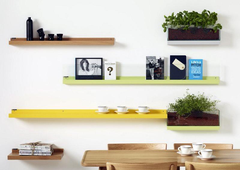 Разноцветные полки на белой стене кухни