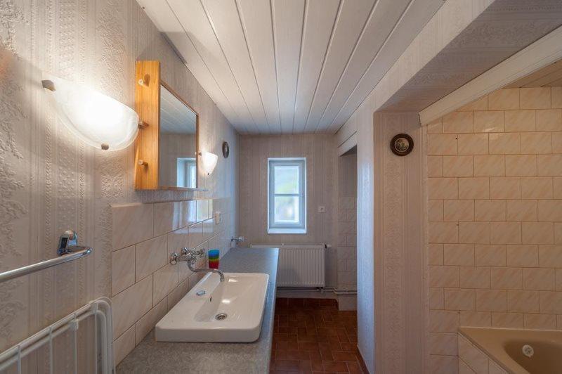 Белый реечный потолок в ванной современного стиля