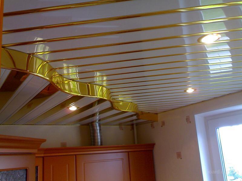 Реечный потолок в два уровня на кухне городской квартиры
