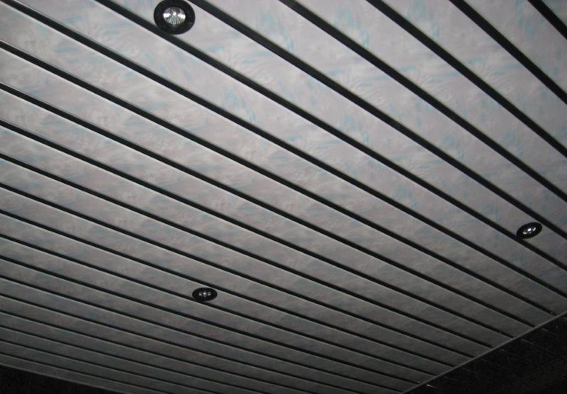 Имитация мрамора на пластиковом реечном потолке