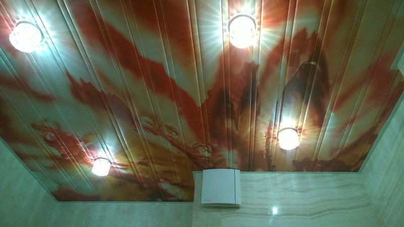 Реечный потолок с реалистичной фотопечатью на потолке ванной