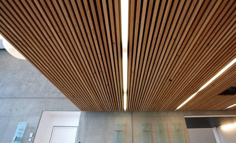 Оригинальный вариант подвесного потолка из реек с подсветкой
