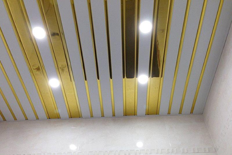 Комбинированное оформление реечного потолка