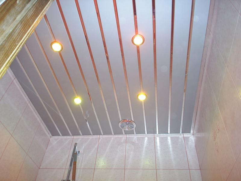 Алюминиевые рейки на потолке туалета в хрущевке