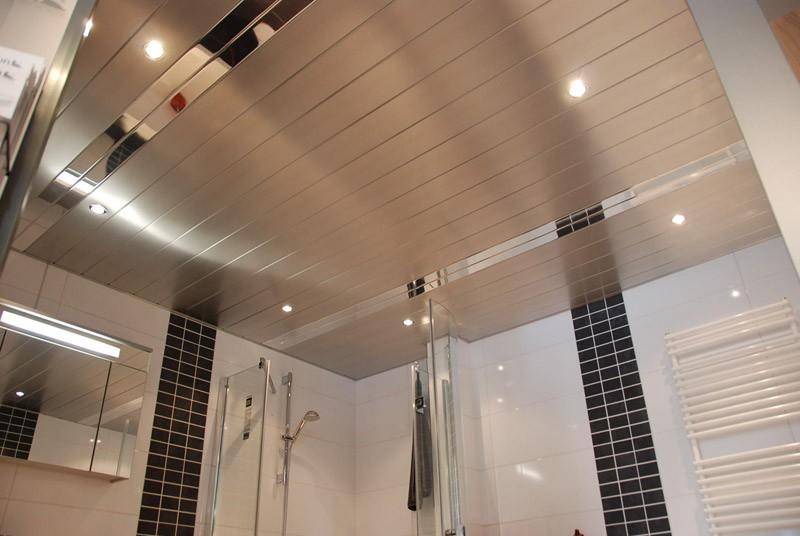 Алюминиевый реечный потолок в ванной городской квартиры