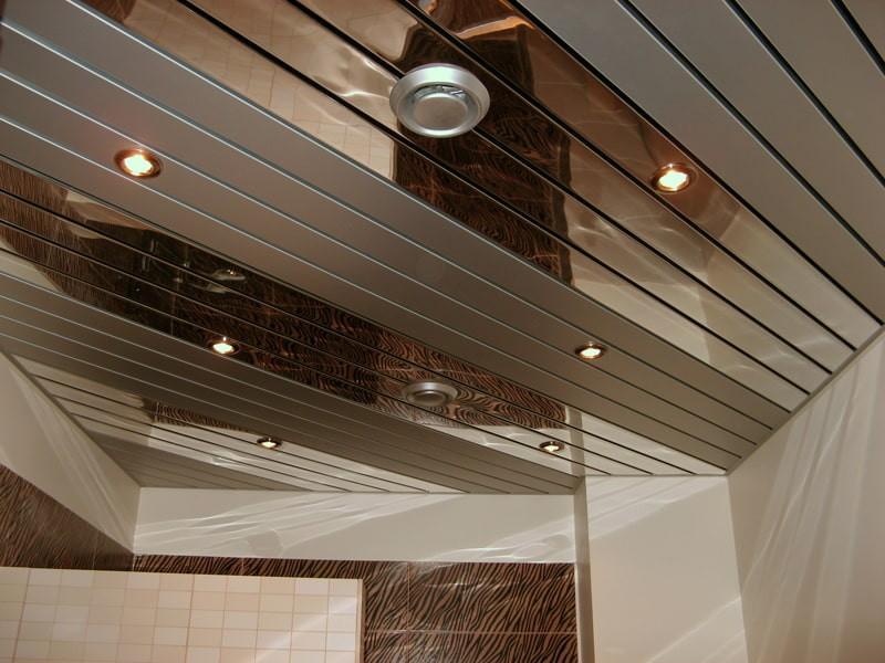 Алюминиевый потолок в туалете небольшого размера
