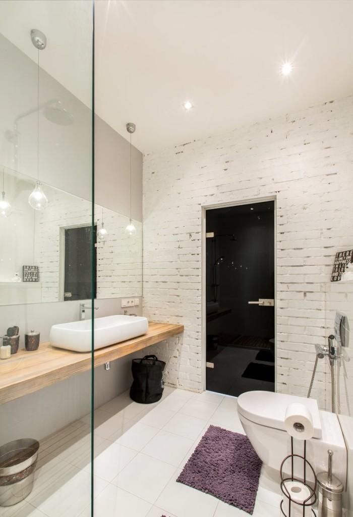 Крашенная кирпичная стенка в ванной комнате