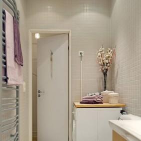 Розетка для стиральной машинки рядом с дверью в ванной комнате