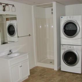 Просторная ванна с двумя стиральными машинками