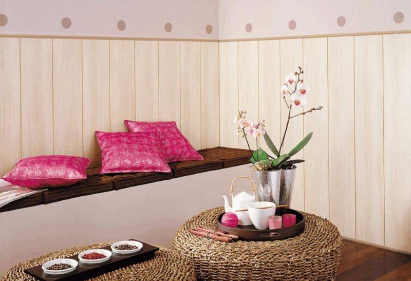Небольшой диванчик-скамья вдоль стены с пластиковыми панелями