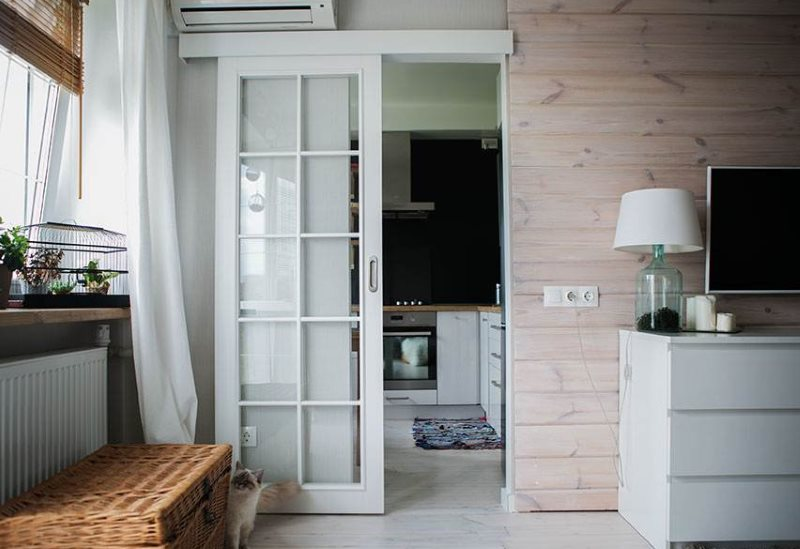 Одностворчатая сдвижная дверь белого цвета