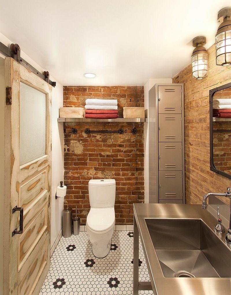 Старая сдвижная дверь в туалете промышленного стиля