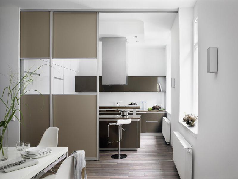 Раздвижная перегородка между гостиной и кухней