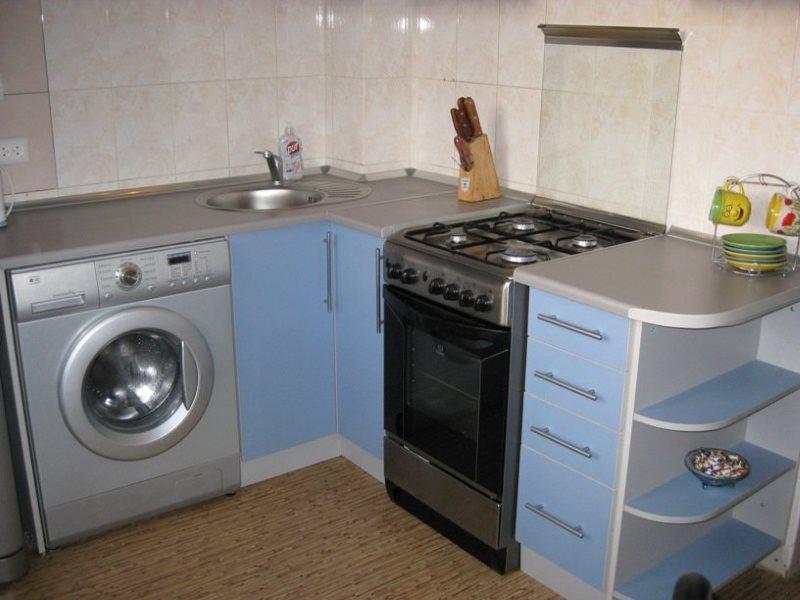 Серая стиральная машинка в гарнитуре Г-образной планировки