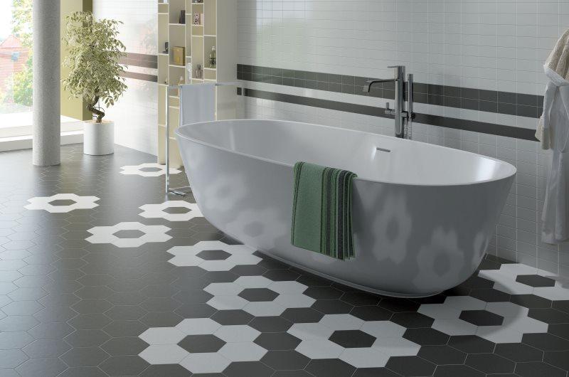 Плитка в форме сто на полу просторной ванной комнаты