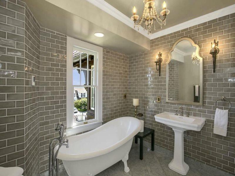 Светло-серая плитка в ванной классического стиля
