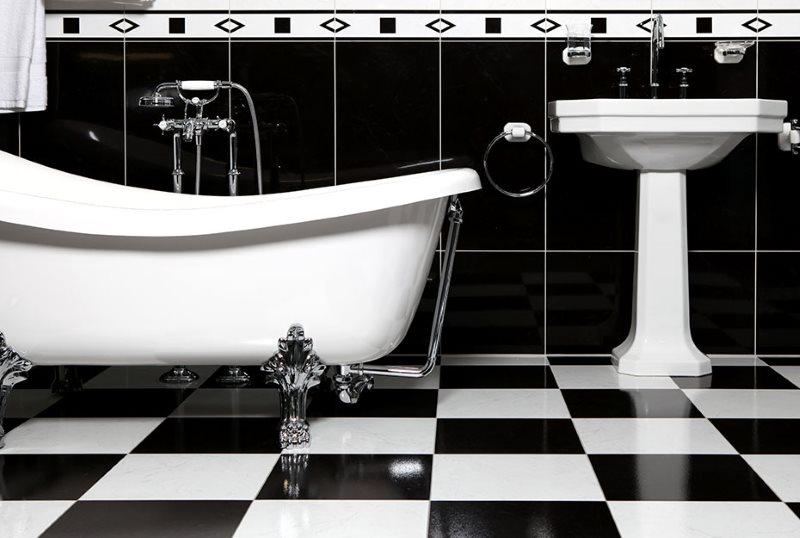 Шахматная укладка плитки на полу в ванной