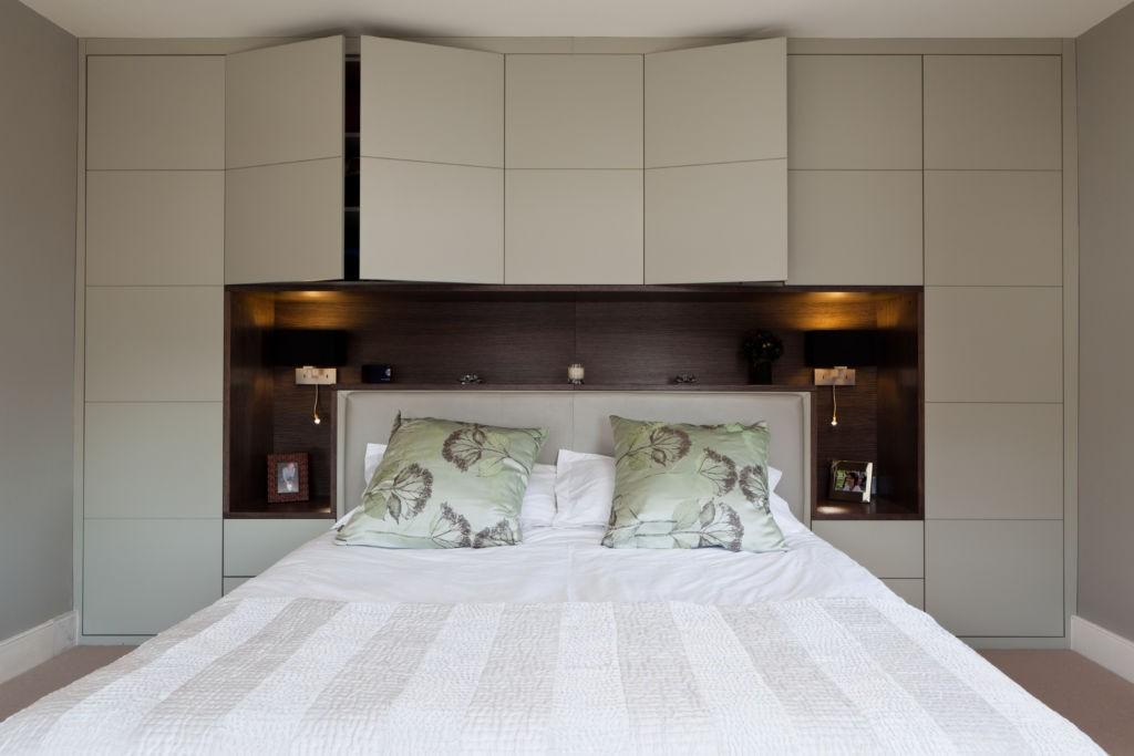 шкаф над кроватью в спальне фото дизайн