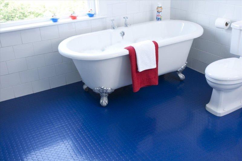 Синий пол в интерьере ванной загородного дома