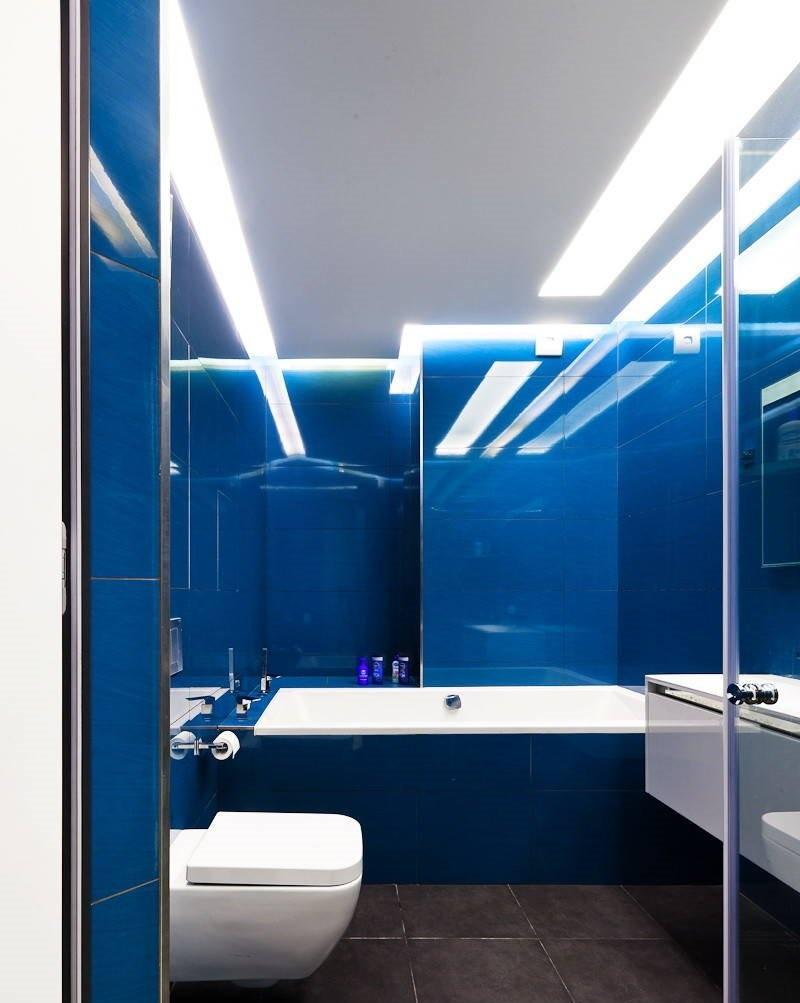Освещение совмещенного санузла с синими стенами