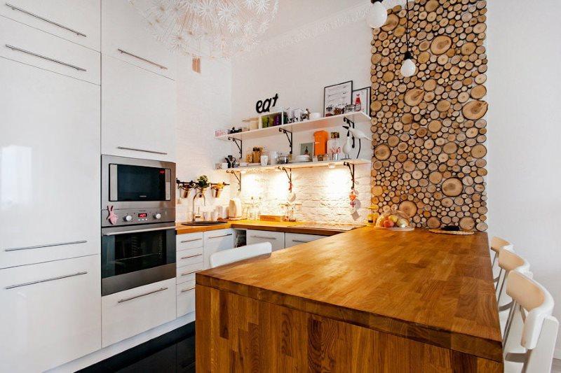 Панно из спилов дерева в кухне с белыми стенами