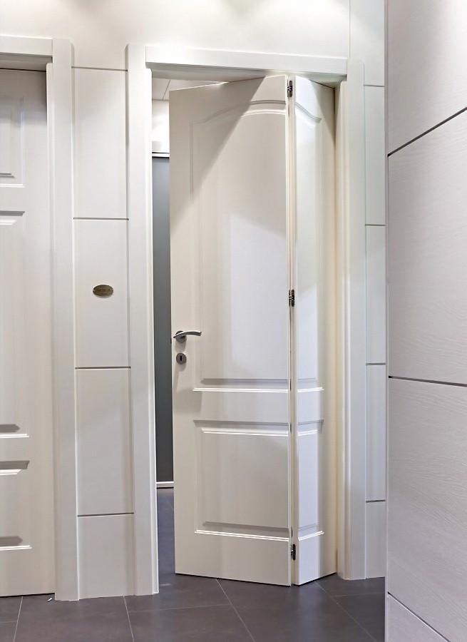 Дверь-книжка в туалете частного дома