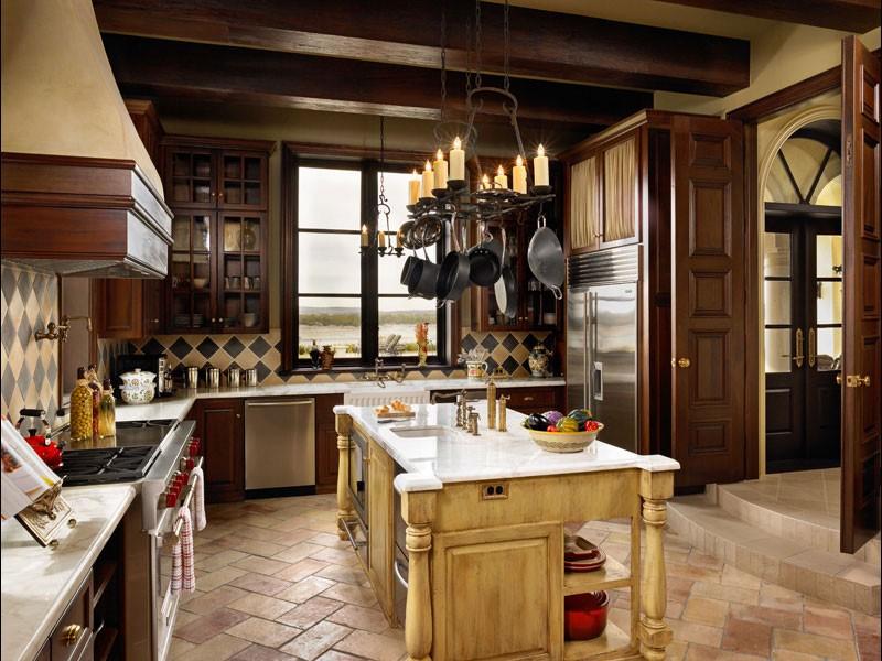 Сковородки на потолочной подвеске в кухне с островом