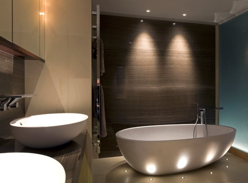 Декоративная подсветка ванны напольными светильниками