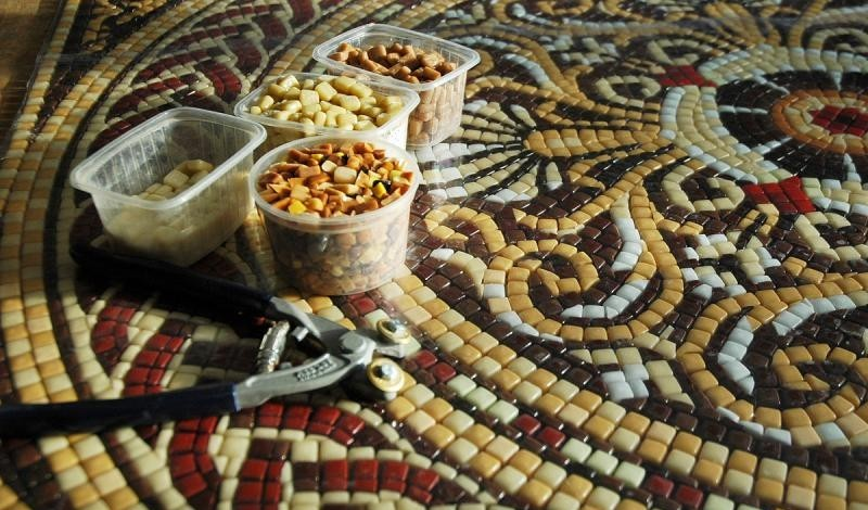 Кладка мозаичного пола из смальтовой мозаики