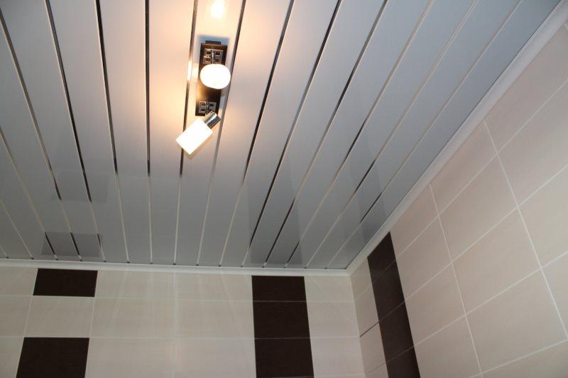 Поворотные софиты на потолке из пластиковых реек