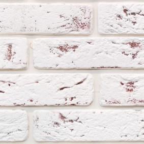 Сотаренная кирпичная кладка на керамической плитке