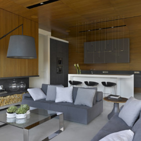 Деревянные панели на стене кухни-гостиной