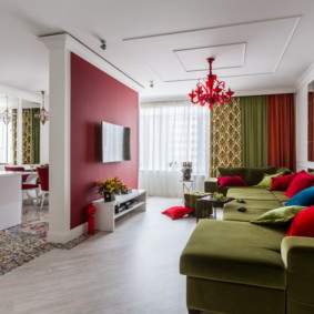Малиновый цвет в интерьере кухни-гостиной