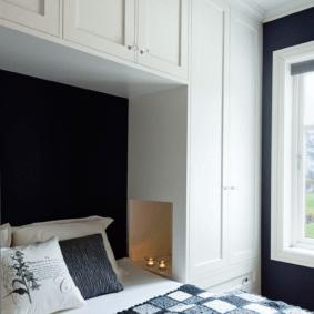 шкафы над кроватью в спальне декор фото