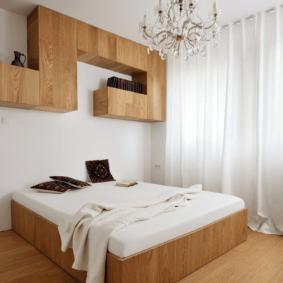 шкафы над кроватью в спальне декор идеи