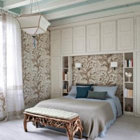 шкафы над кроватью в спальне дизайн фото